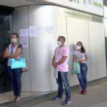 b2ap3_medium_Pessoas-fazem-fila-para-entregar-currculo-em-busca-de-emprego.jpg